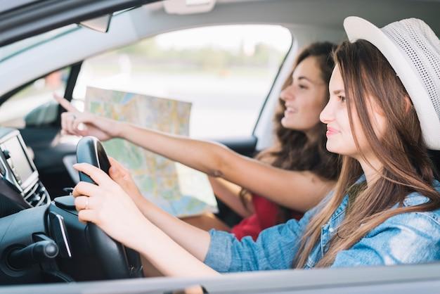 Frau, die auto mit passagier fährt Kostenlose Fotos