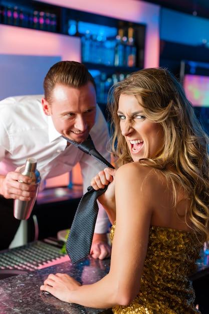 Frau, die barkeeper im verein oder in der stange schleppt Premium Fotos