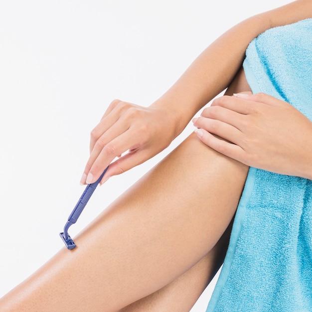Frau, die beine rasiert Kostenlose Fotos