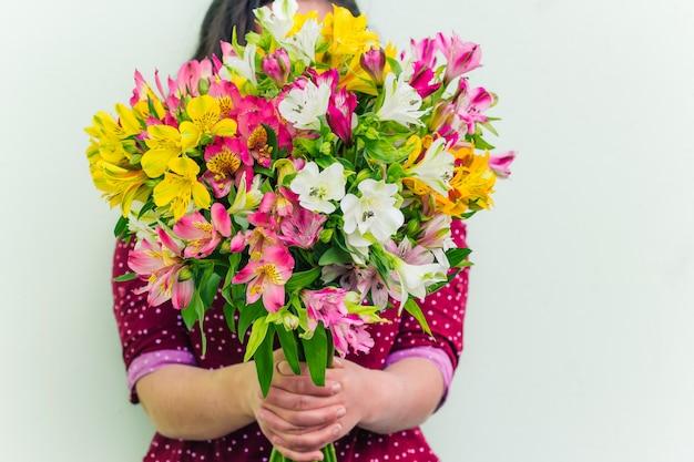 Frau, die blumenblumenstrauß hält Premium Fotos
