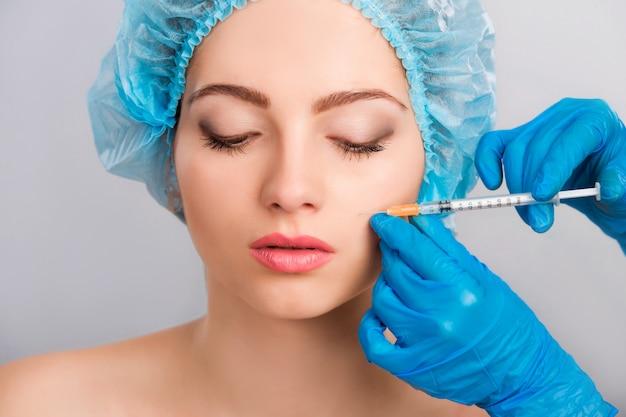 Frau, die botox einspritzung empfängt Premium Fotos