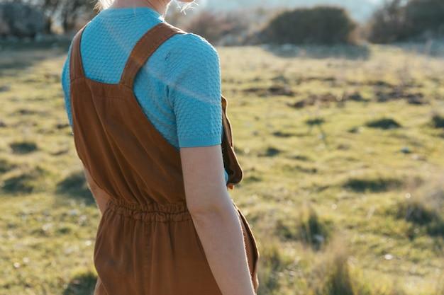 Frau, die braunen overall mit t-shirt trägt Kostenlose Fotos