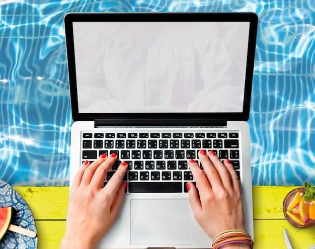 Frau, die computerlaptop verwendet Kostenlose Fotos