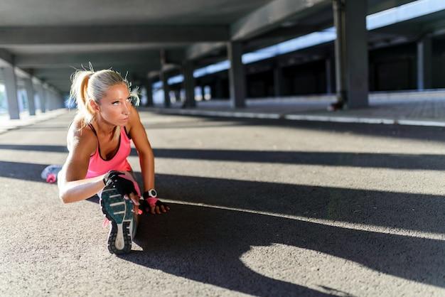 Frau, die das ausarbeiten trainiert Premium Fotos