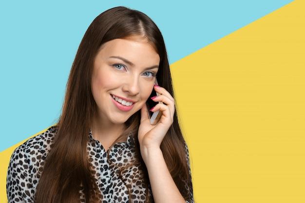 Frau, die das telefon spricht Premium Fotos