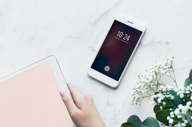Frau, die das weibliche und girly konzept der digitalen tablette und des smartphone verwendet Kostenlose Fotos