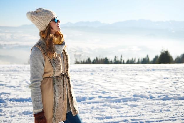 Frau, die den bergblick betrachtet Kostenlose Fotos