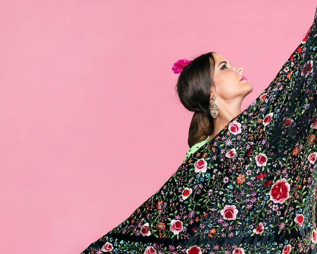 Frau, die den manila-schal oben schaut hält Kostenlose Fotos