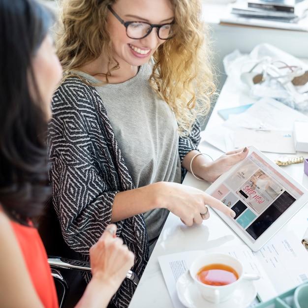 Frau, die digitale tablette für das onlineeinkaufen verwendet Kostenlose Fotos