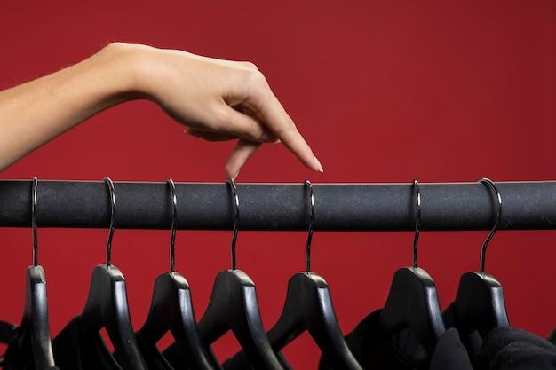 Frau, die durch schwarze hemden schaut Kostenlose Fotos