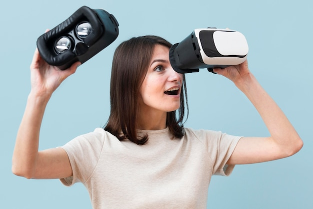 Frau, die durch virtual-reality-headset schaut Kostenlose Fotos