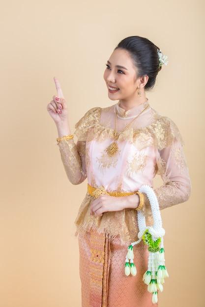 Frau, die ein altes thailändisches kleid trägt Kostenlose Fotos
