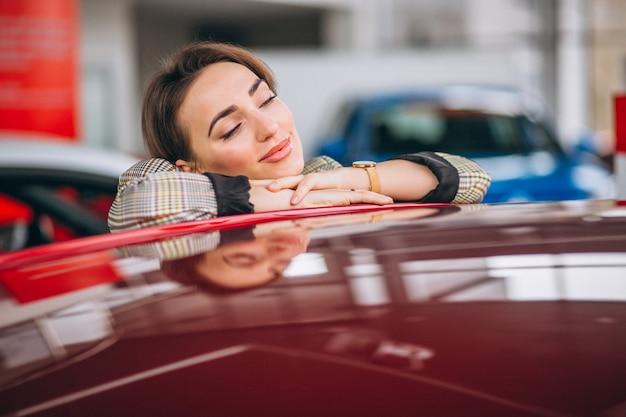 Frau, die ein auto wählt Kostenlose Fotos
