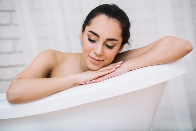 Frau, die ein entspannendes bad in einem badekurort nimmt Kostenlose Fotos