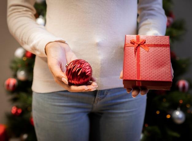 Frau, die ein geschenk in ihren händen hält Kostenlose Fotos