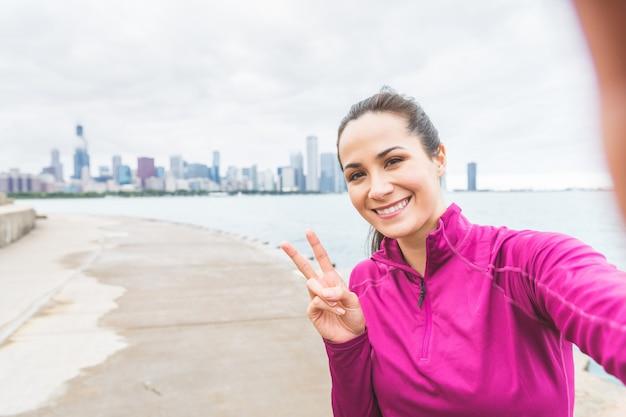Frau, die ein selfie nach training in chicago nimmt Premium Fotos