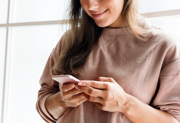 Frau, die ein smartphone social media-conecpt verwendet Premium Fotos
