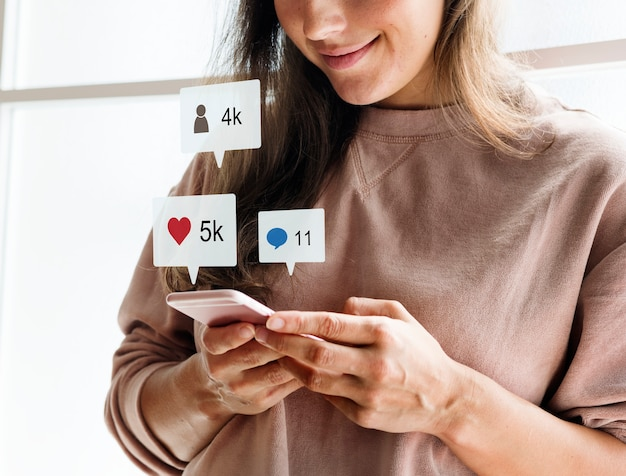 Frau, die ein smartphone social media-conecpt verwendet Kostenlose Fotos