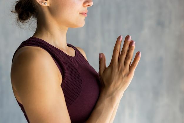 Frau, die eine betende haltung durchführt Kostenlose Fotos