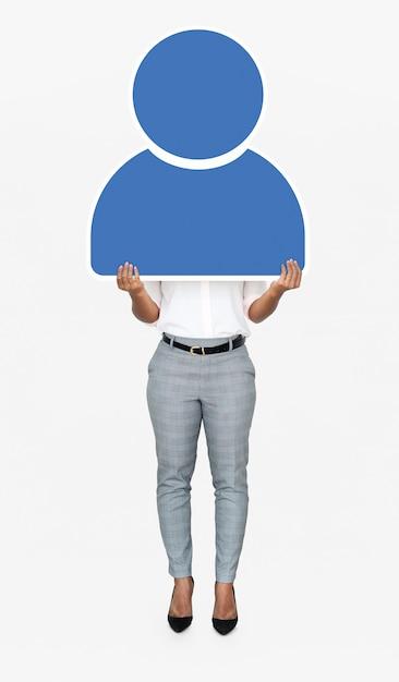 Frau, die eine blaue benutzerikone hält Premium Fotos
