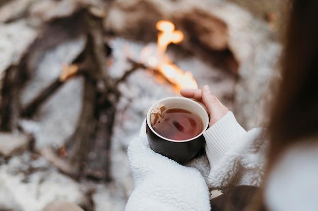 Frau, die eine heiße tasse tee hält Kostenlose Fotos