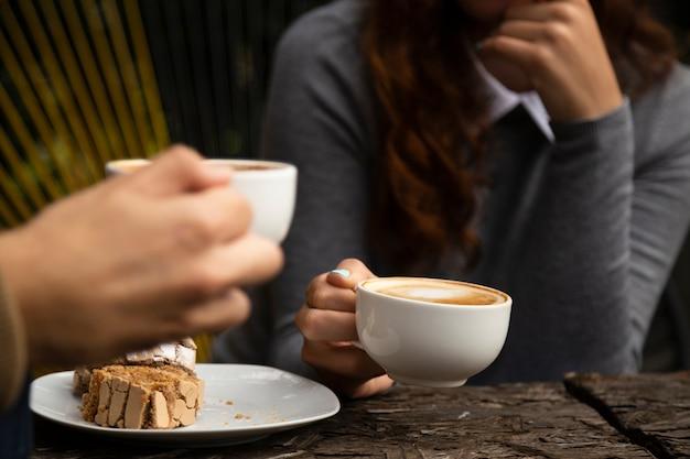 Frau, die eine kaffeetasse genießt Kostenlose Fotos