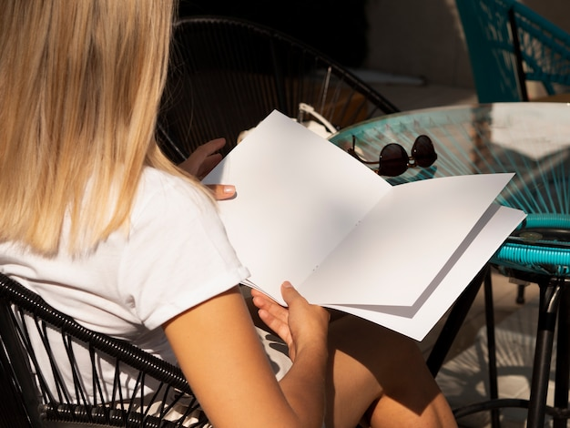 Frau, die eine modellzeitschrift liest Kostenlose Fotos