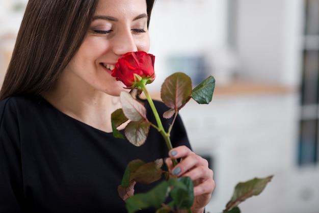 Frau, die eine rose von ihrem ehemann riecht Kostenlose Fotos