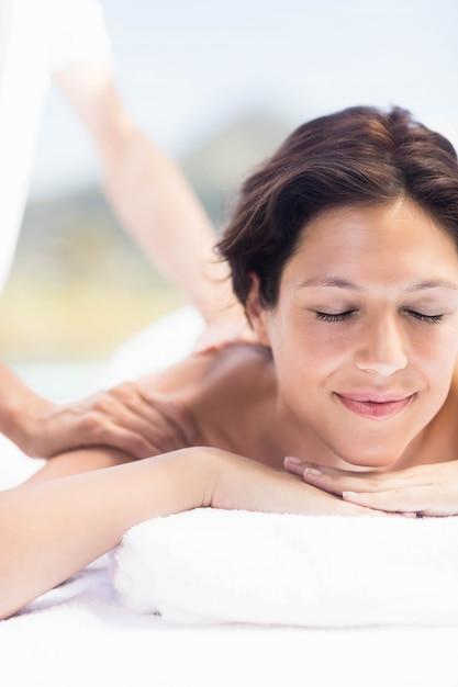 Frau, die eine rückenmassage vom masseur in einem badekurort empfängt Premium Fotos