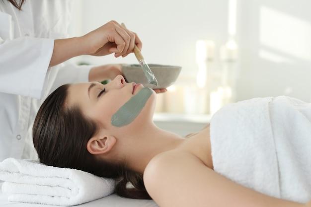 Frau, die eine schönheitsbehandlung für hautpflege erhält Kostenlose Fotos