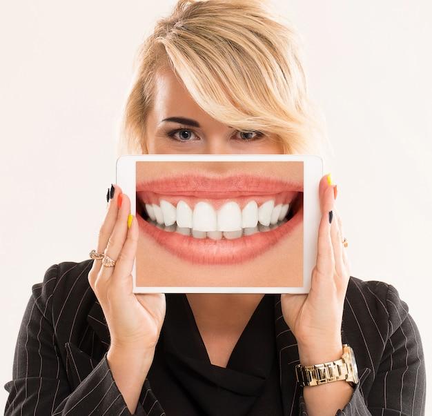 Frau, die eine tablette hält Kostenlose Fotos