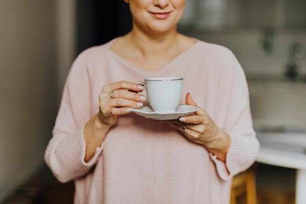 Frau, die eine tasse tee anhält Premium Fotos