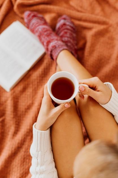 Frau, die eine tasse tee hält Kostenlose Fotos