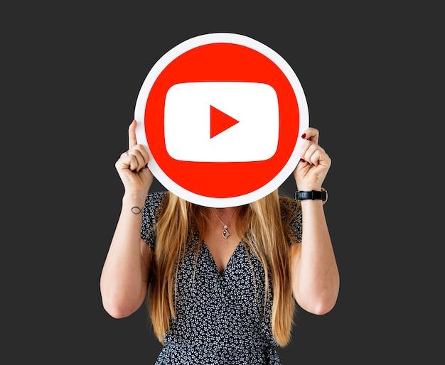 Frau, die eine youtube-ikone anhält Kostenlose Fotos