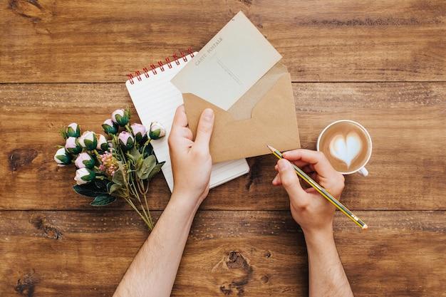 Frau, die einen brief schreibt Kostenlose Fotos