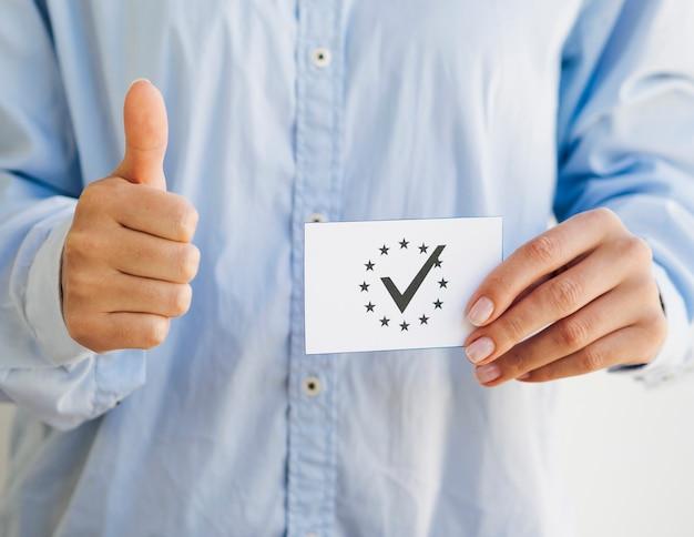 Frau, die einen europäischen stimmzettel hält Kostenlose Fotos