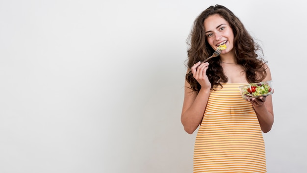 Frau, die einen kopfsalatsalat isst Kostenlose Fotos
