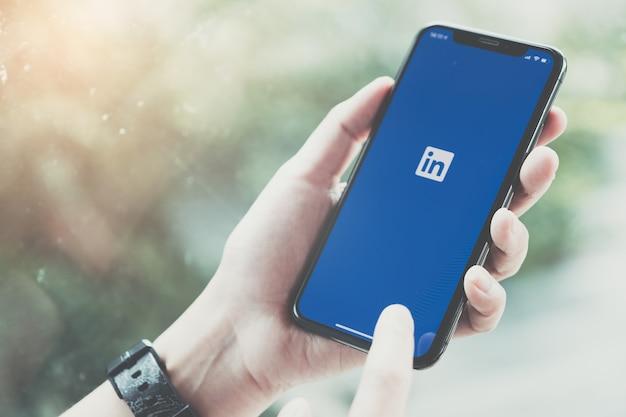 Frau, die einen smartphone mit social network service am schirm hält. Premium Fotos
