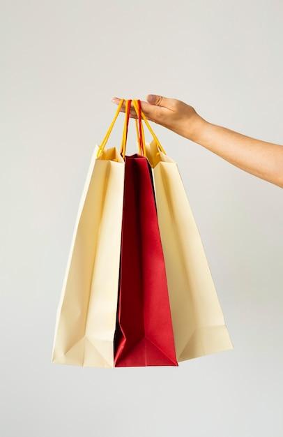 Frau, die einkaufstaschen hält Kostenlose Fotos