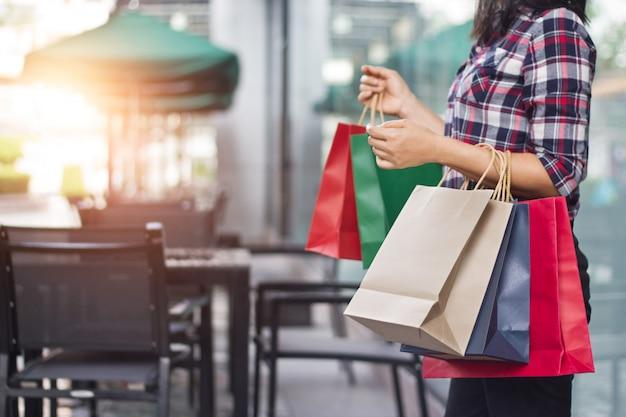Frau, die einkaufstaschen hält Premium Fotos