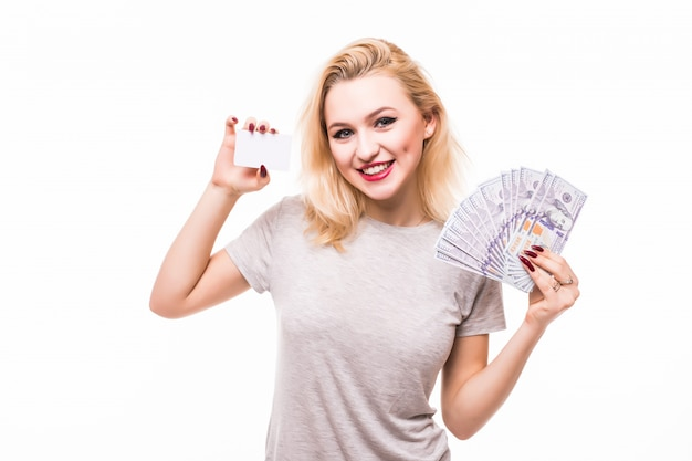 Frau, die fan des geldes und der weißen kreditkarte lokalisiert auf weißer wand hält Kostenlose Fotos