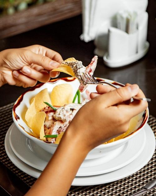 Frau, die fleischsalat in mayonnaise mit chips isst Kostenlose Fotos