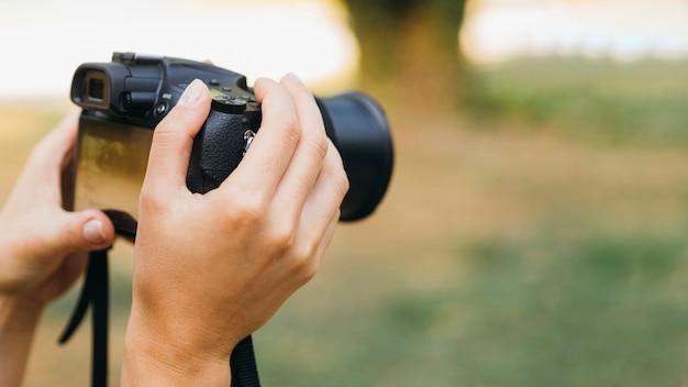 Frau, die fotos mit einer fotokamera macht Kostenlose Fotos