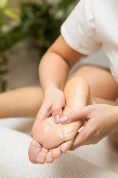 Frau, die fußmassage im spa-salon erhält Premium Fotos