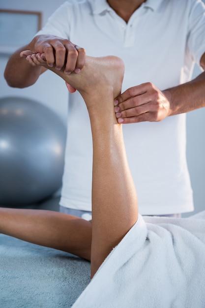 Frau, die fußmassage vom physiotherapeuten erhält Premium Fotos