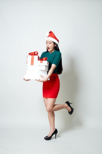 Frau, die geschenkbox-weihnachten hält Premium Fotos