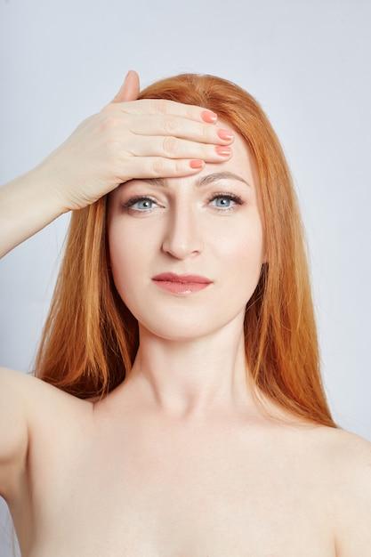 Frau, die gesichtsmassage, gymnastik, massagelinien und plastikmundaugen und -nase tut. massagetechnik gegen falten und hautverjüngung. , apr Premium Fotos