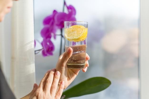 Frau, die glas mit gesundem getränk hält Premium Fotos
