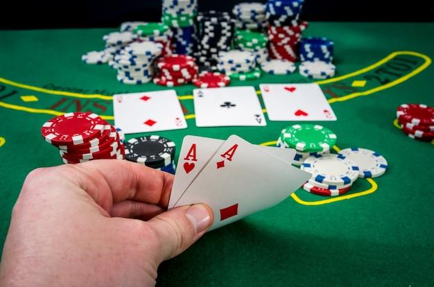 Frau, die glücksspiel-pokerkarte im kasino sucht Premium Fotos