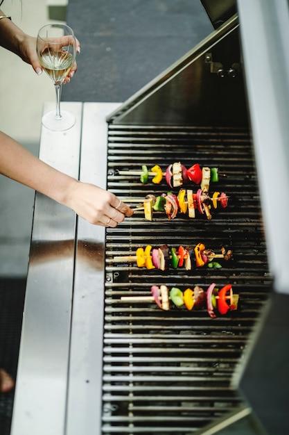 Frau, die grill des strengen vegetariers auf einem holzkohlegrill kocht Kostenlose Fotos